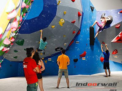 El centro deportivo que será el décimo de la marca y abrirá sus puertas el próximo 13 de septiembre, ofrecerá más de 1500 m2 dedicados a la escalada, convirtiéndose en la sala de búlder más grande de España.