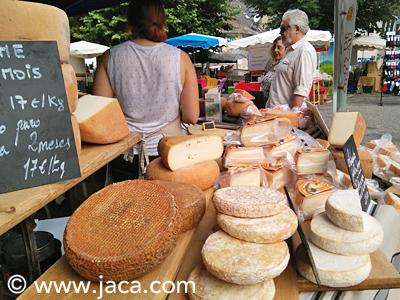 El próximo domingo 29 de julio, Etsaut acogerá la vigésimo quinta edición de su fiesta del queso que reúne a los productores del valle. Una cita imprescindible para los amantes del queso y los productos de proximidad...